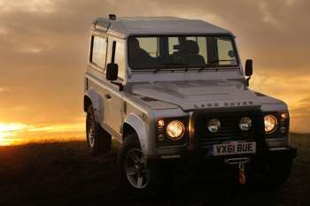 https://www.cars-data.com/pictures/thumbs/350px/land-rover/land-rover-defender-90_1240_10.jpg