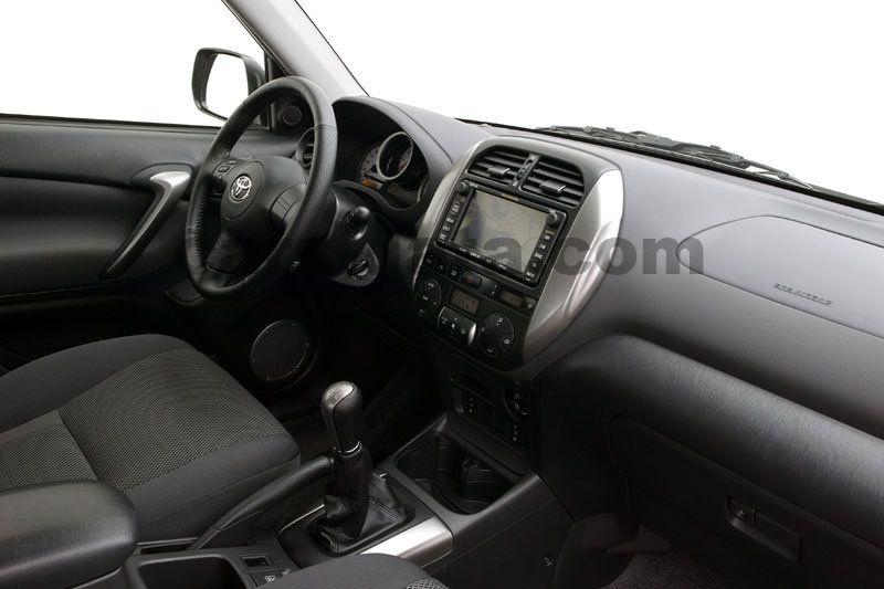 https://www.cars-data.com/pictures/toyota/toyota-rav4_2735_9.jpg